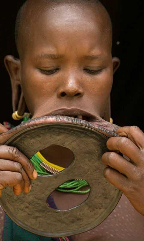 Съемочная группа обнаружила девушку с самым большим губным диском в мире