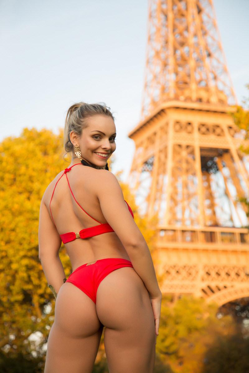 Мисс бразильская попка позирует у Эйфелевой башни