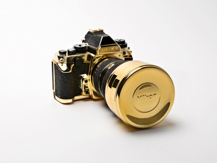 Зеркальная фотокамера Nikon из золота