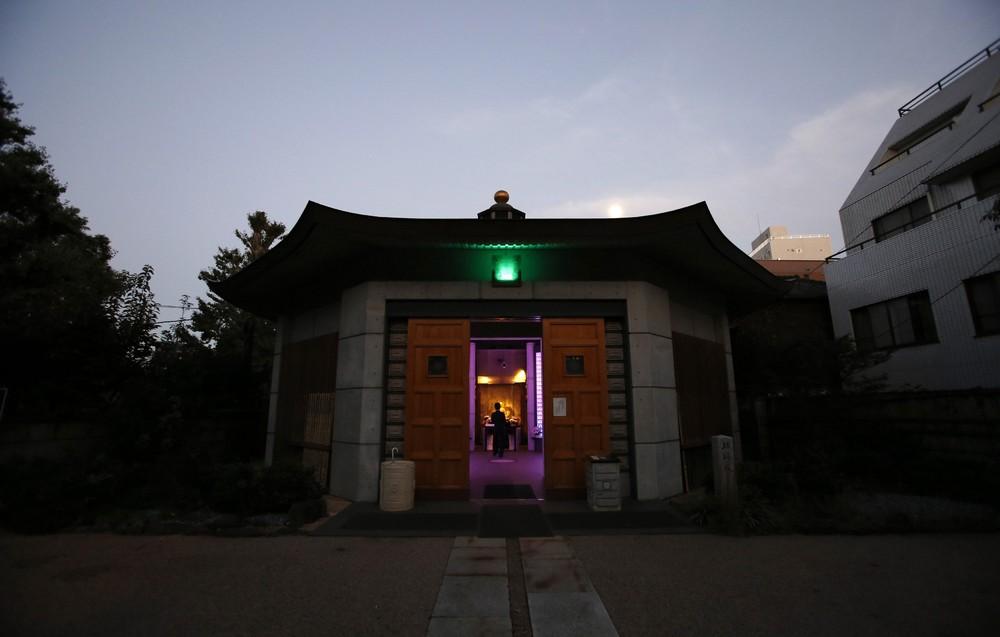 Современное кладбище в Токио