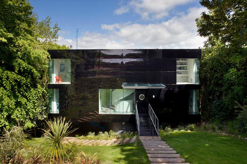 Дом на сваях, утопающий в зелени