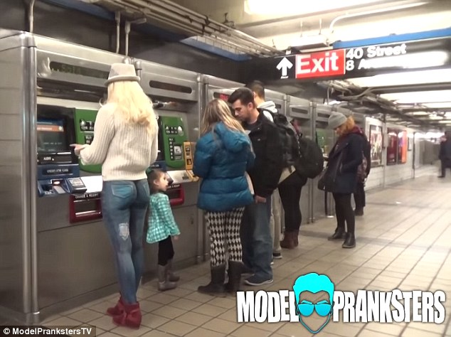 Модель гуляла по Нью-Йорку с голым задом
