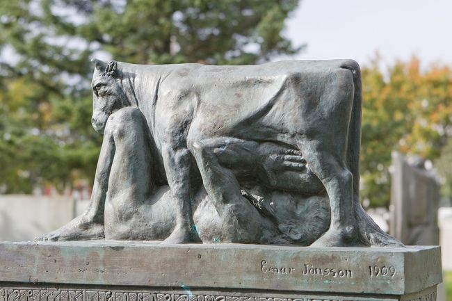 Подборка нелепых статуй со всего света