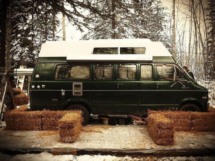 Лесная зимовка в стареньком грузовике