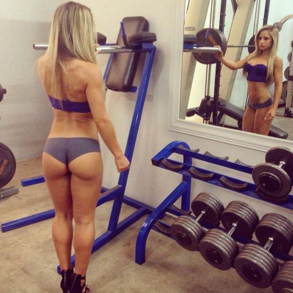 Красивые девушки следят за своей фигурой