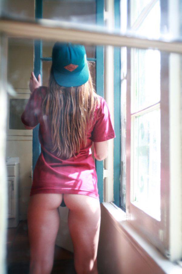 Сексуальные девушки в окнах домов
