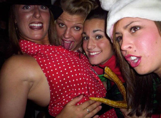 Пьяные девушки отрываются на Рождество
