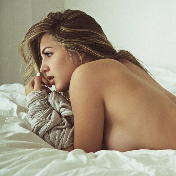 Красивые девушки нежатся в постели