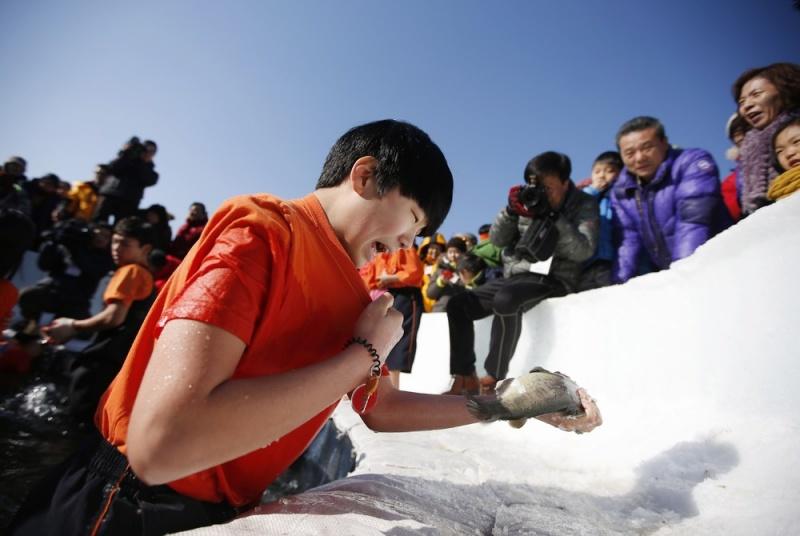 Ежегодный фестиваль подледной рыбалки в Южной Корее