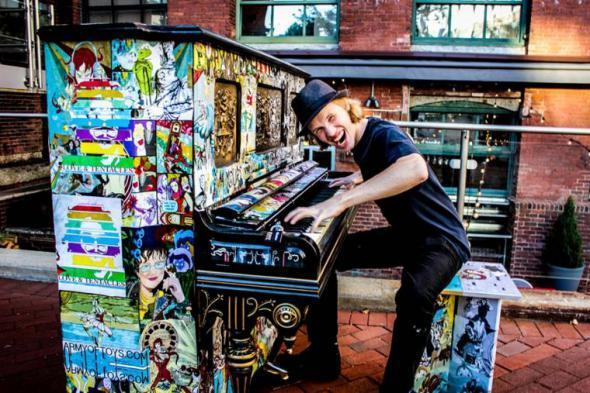 Уличные раскрашенные пианино со всего света