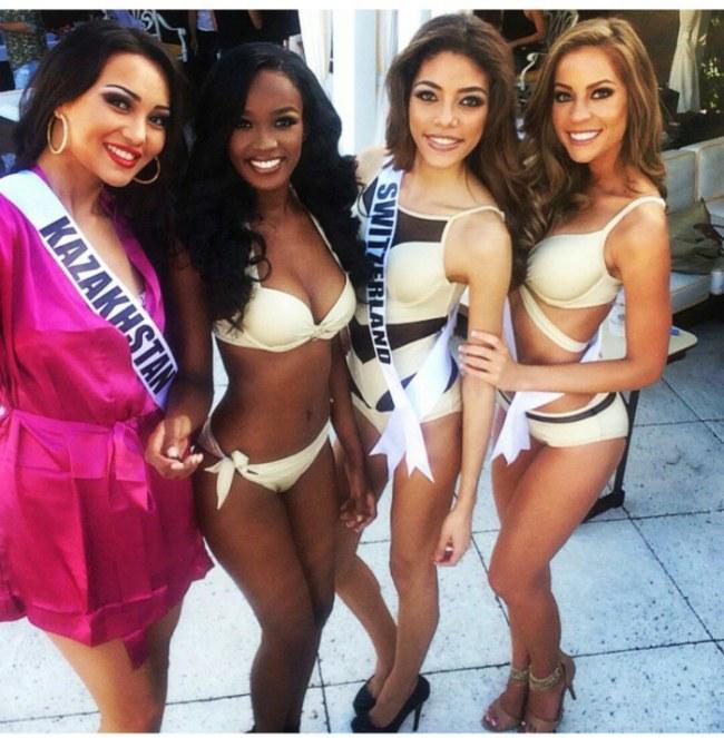 Дефиле девушек в купальниках на конкурсе Мисс Вселенная 2015