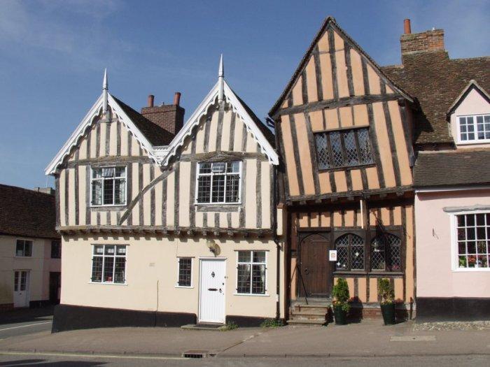 Кривая архитектура в английской деревне Лавенхэм