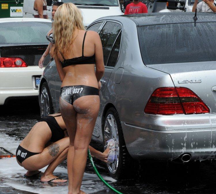 Красивые девушки в купальниках моют машины