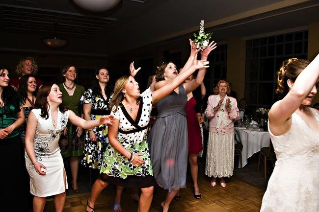 borba-za-buket-nevesty-na-svadbe-2.jpg