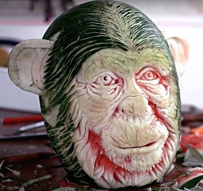 Интересные скульптуры, вырезанные из арбузов