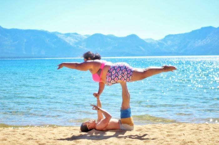 Пышная девушка и йога