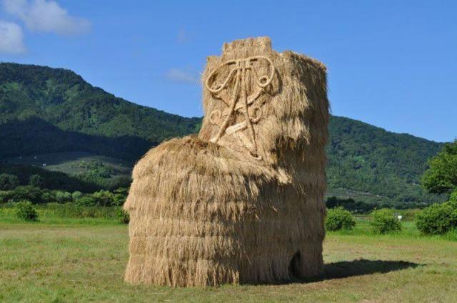 Интересные работы с фестиваля соломенных скульптур в Японии