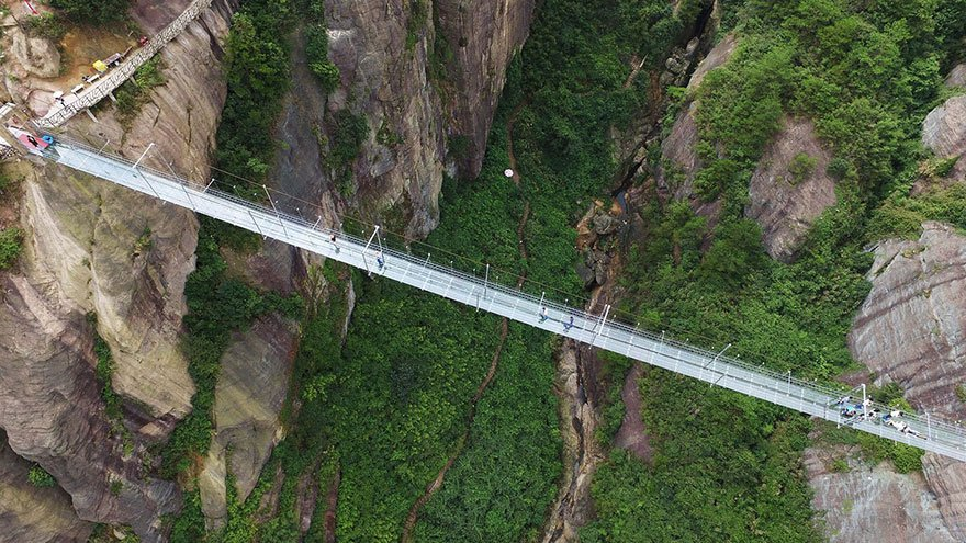 Длинный стеклянный мост между двумя скалами в Китае