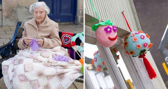 Бабуля украшает улицы города вязанными вещами