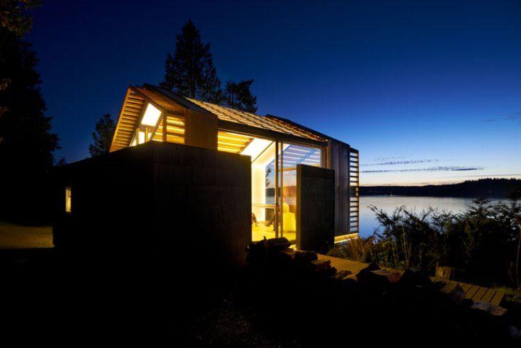 Светящийся уютный домик из заброшенного гаража