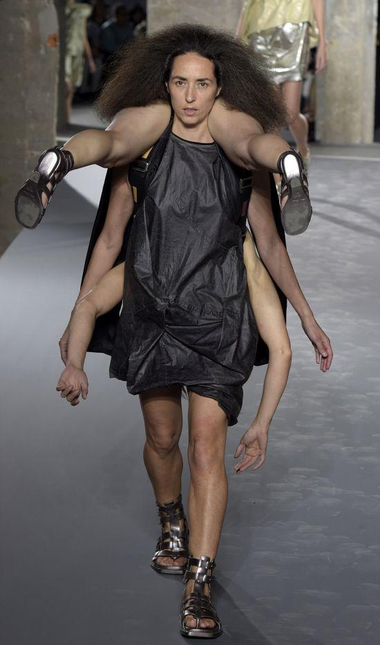 Люди-рюкзаки от Рика Оуэнса на парижской неделе моды