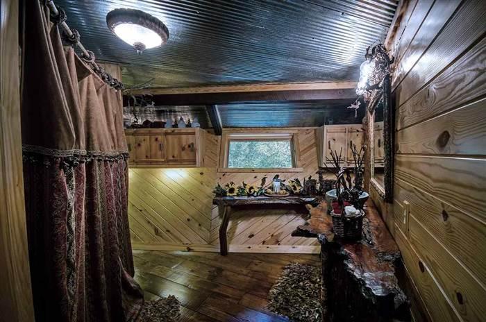 Уютный лесной домик на вершине холма