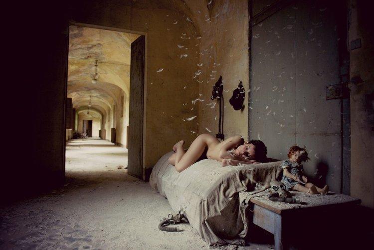 Красивые девушки среди руин