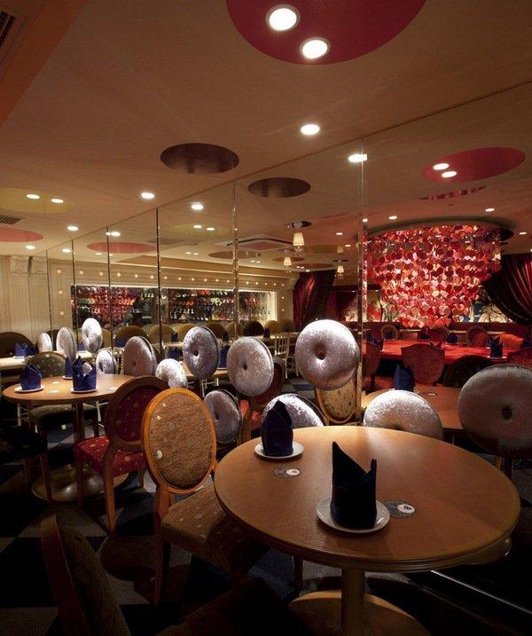 Ресторан в Японии в стиле Алисы в стране чудес