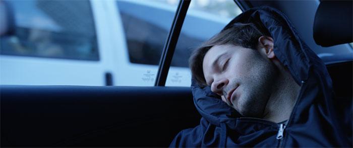 Толстовка с подушкой позволит вам спать в любом месте