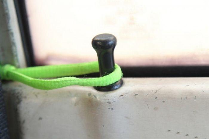 Как открыть автомобиль, если ключ остался в салоне