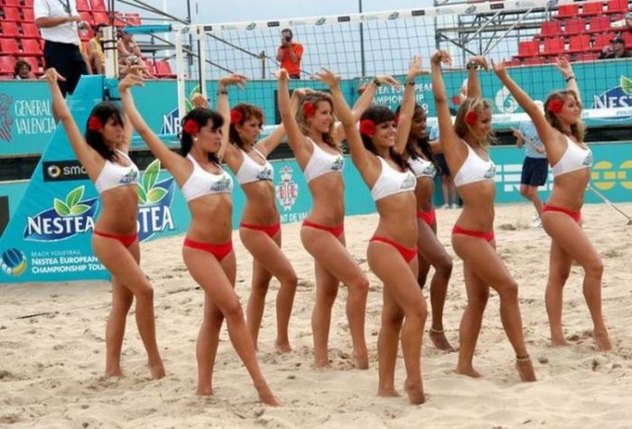 Красивые пляжные девушки-чирлидерши