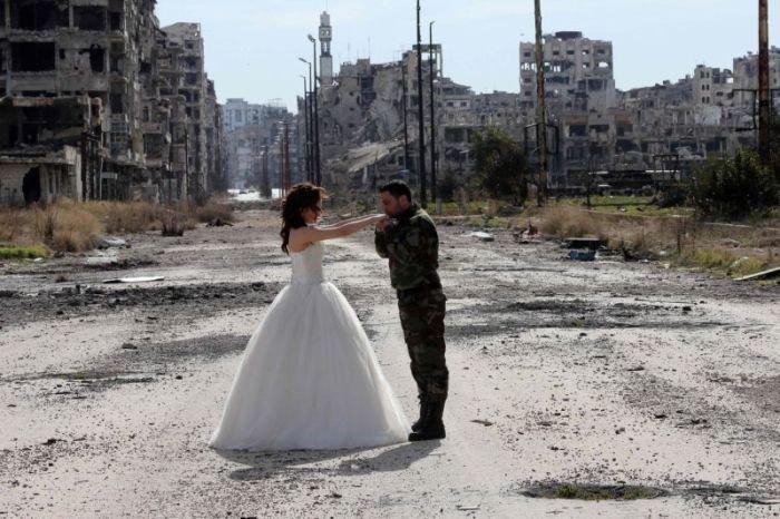Фотосессия сирийских молодоженов посреди развалин города Хомс