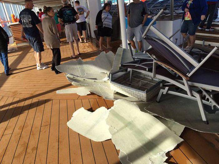Последствия встречи круизного лайнера с сильным штормом