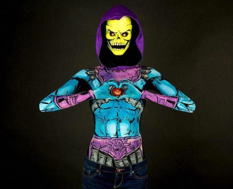 Девушка превращает себя в супергероев при помощи бодиарта