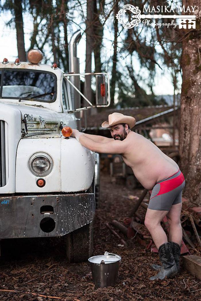 Мужик на ферме: пародийные снимки в духе женских фотосессий