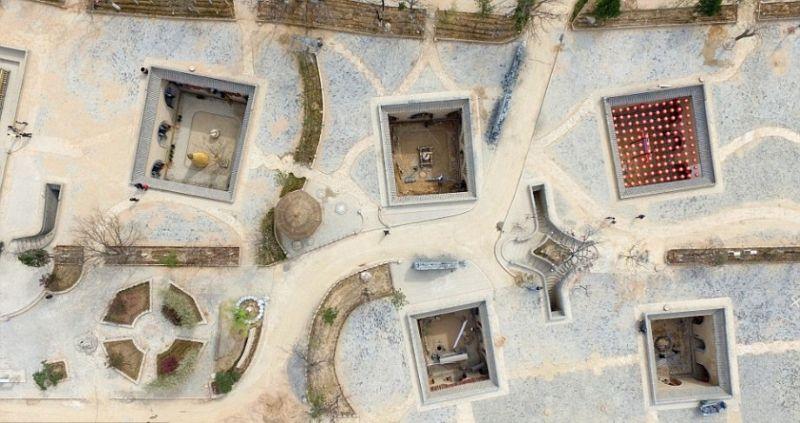 Жители китайского городка строят дома в выкопанных ямах