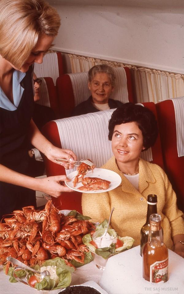 Норвежская авиакомпания показала, чем кормили в самолетах полвека назад