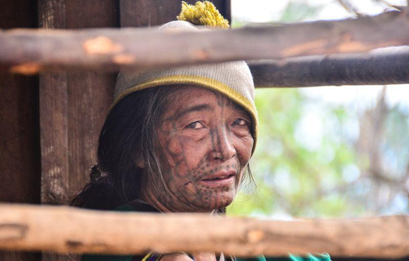 Татуированные лица женщин Мьянмы