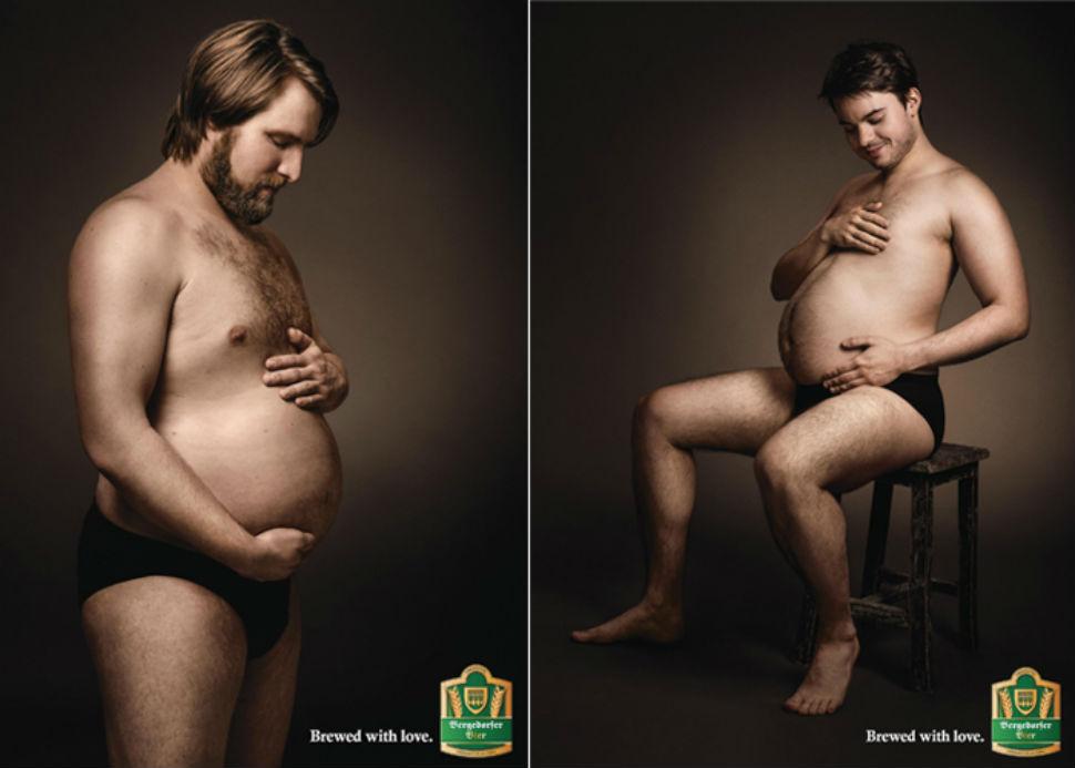 Мужчины поглаживают свои пивные животики в немецкой рекламе