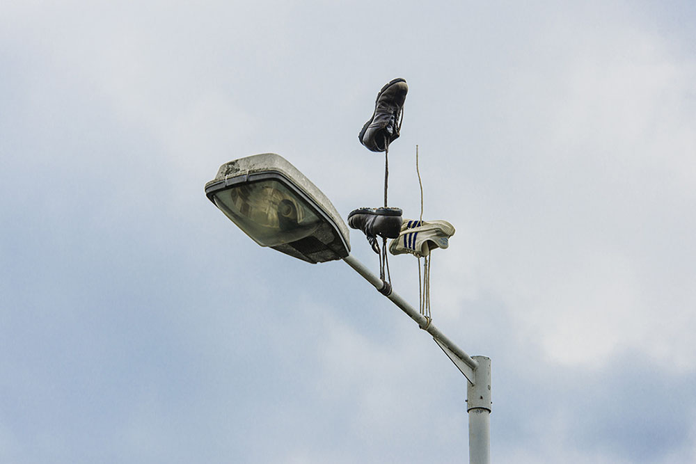 Необычная инсталляция со свисающими вверх кроссовками