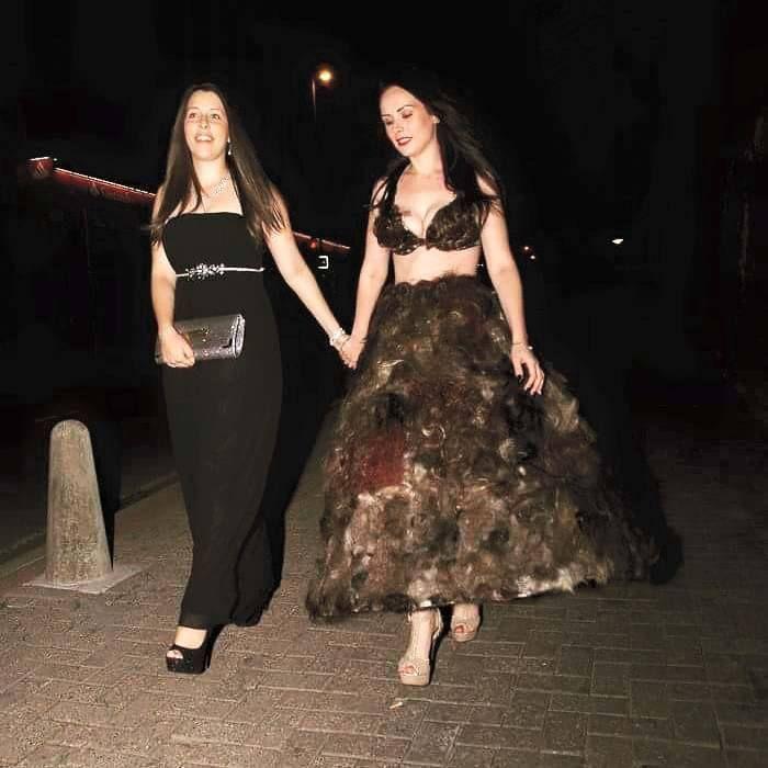 Девушка сшила себе платье из лобковых волос незнакомцев
