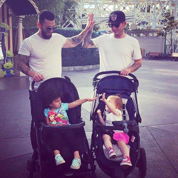 Симпатичные отцы в Диснейленде из Instagram