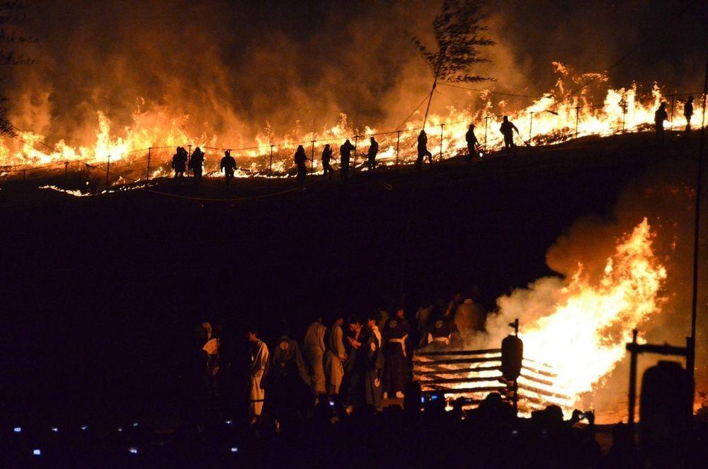Зачем японцы каждый год поджигают гору