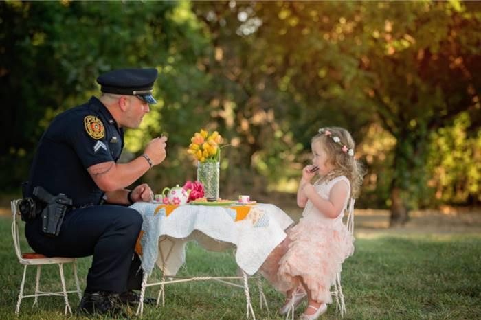 Полицейский снялся в душевной фотосессии со спасённой им девочкой