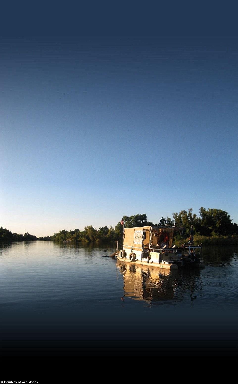 Путешествие по реке на плавучем доме
