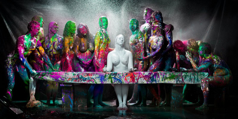 Обнаженные тела облитые краской