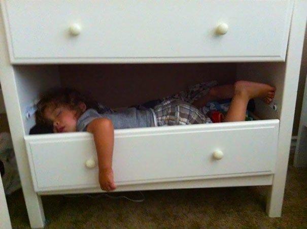 Дети, уснувшие в необычных местах