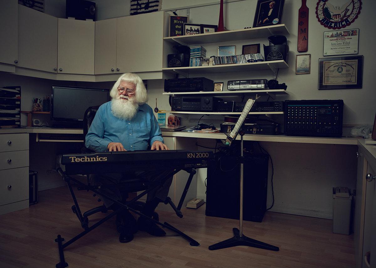 Чем занимается Санта-Клаус в остальное время года