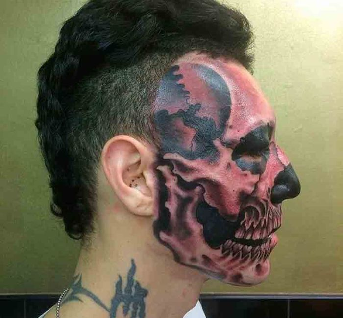 Парень превратил половину своего лица в череп
