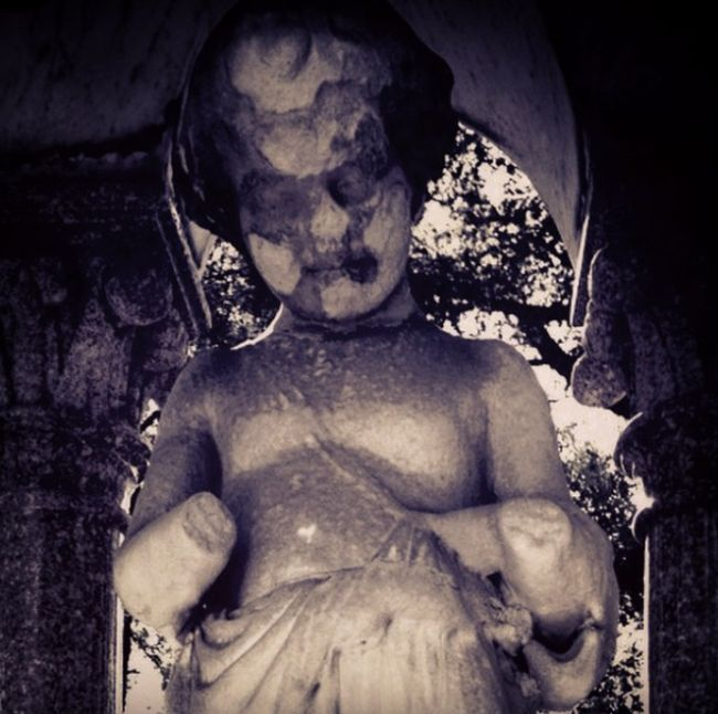 17 жутких статуй, с которыми мало кто бы захотел повстречаться на кладбище